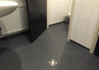 Troffelvloer met plint sanitaire ruimte Nijmegen